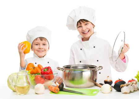 pequeños cocineros por el vector con verduras en el uniforme blanco