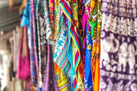 カラフルな模様のショールとザンジバル伝統的なストリート マーケット、アフリカの布