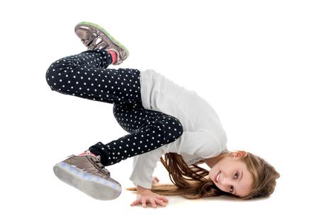 niño modelo: niña linda con las piernas para arriba brakedancing