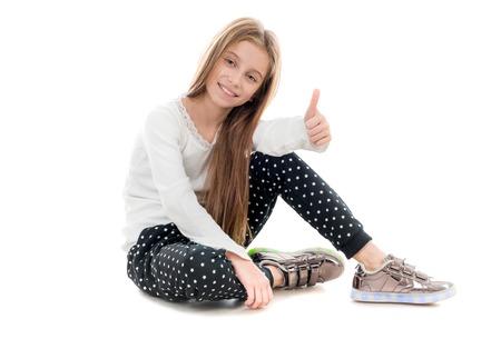lachende tiener meisje zittend op de vloer