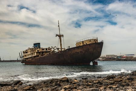 Lanzarote 근처 바다에서 녹슨 스페인어 우주선 스톡 콘텐츠