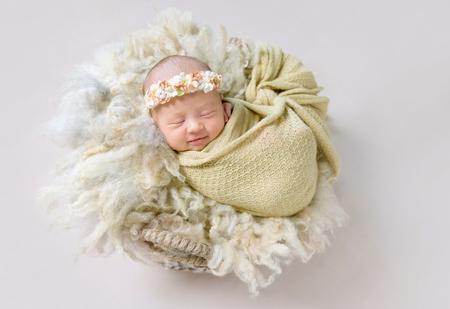 Weinig babymeisje lacht in haar slaap Stockfoto