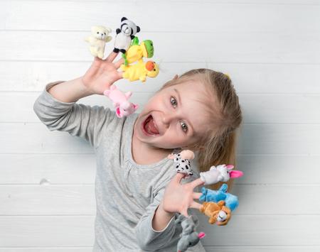 彼女の手に人形人形を持つ少女 写真素材