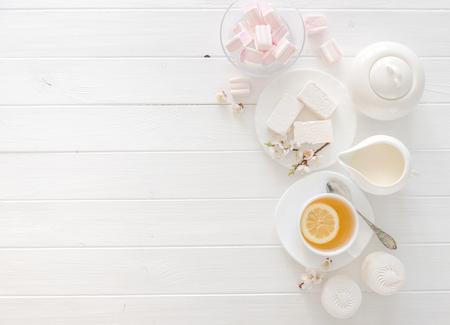 Tè con dolci, colori pastello, spazio per il testo Archivio Fotografico - 76604284