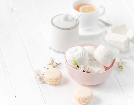 紅茶の zefir、白いカップとボウルします。