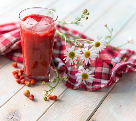 딸기와 수제 스무디의 큰 잔 스톡 콘텐츠