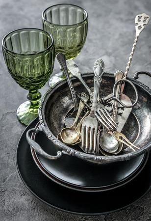 오래 된 그릇, 숟가락과 식기, 무거운 녹색 안경 스톡 콘텐츠