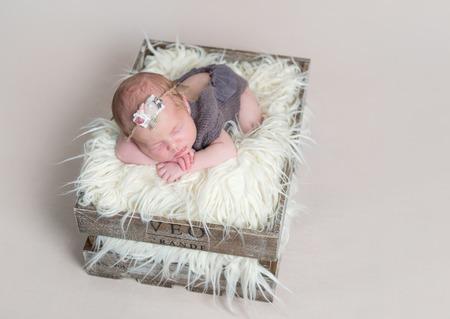 彼女の腹に眠っているかわいいかわいい赤ちゃん少女