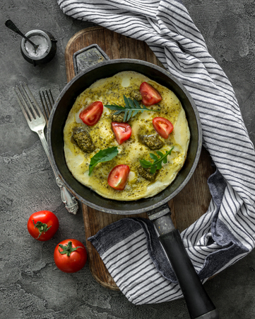 自家製ペスト ソースとモッツァレラチーズのチーズ オムレツ