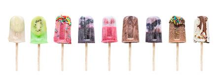 Verzameling van zelfgemaakte ijsjes op een stokje