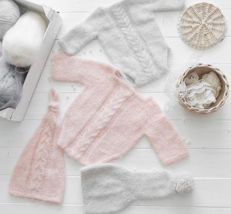 Roze en grijze kleding voor zuigeling, handgemaakt, bovenaanzicht Stockfoto