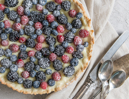 Homemade tart with berries Фото со стока - 84083355