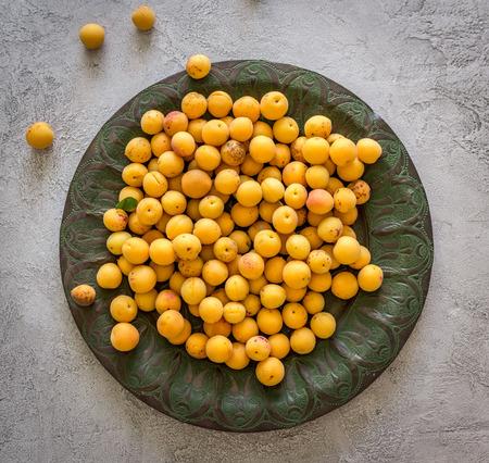 Abrikozen in metalen gerechten Stockfoto