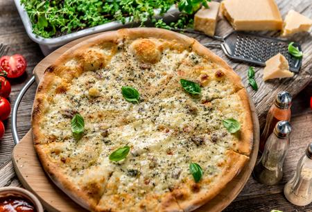 テーブルの上のピザ 4 チーズ