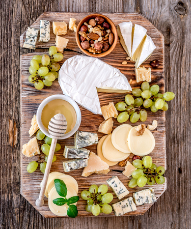 너트와 꿀을 곁들인 치즈 플레이트 스톡 콘텐츠