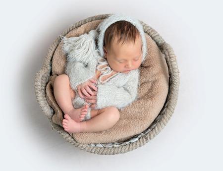 Punto di vista superiore del ragazzo di neonato che risiede in una ciotola Archivio Fotografico - 88435703