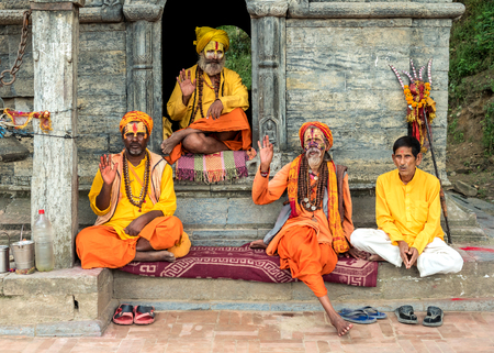 hinduist: Sadhu holy men in front of Pashupatinath temple in Kathmandu. Editorial