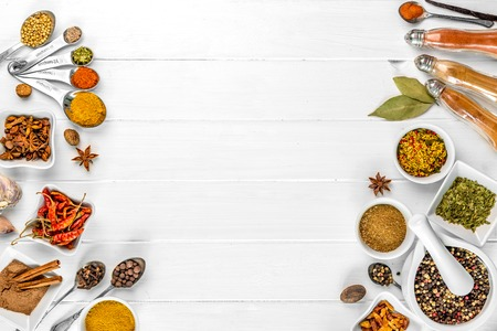spices on white wooden background Zdjęcie Seryjne - 89713751
