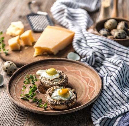 Gevulde champignons met kwarteleitjes en parmezaanse kaas. Stockfoto