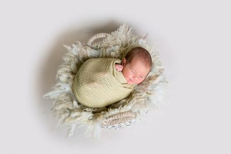 Mignon bébé nouveau-né endormi sourit Banque d'images - 92190325