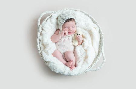 Bebê recém-nascido dormindo na cesta de vime Foto de archivo