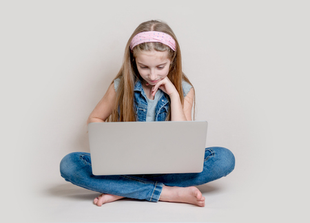 Teenage girl using laptop sitting on the floor 免版税图像 - 94725097