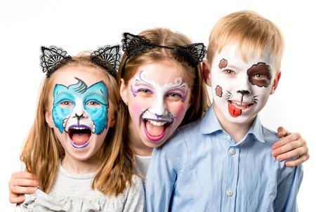 Geïsoleerde kinderen met dierlijke gezichtsschilderijen