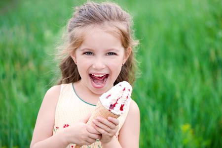 美しい少女はアイスクリームを食べる 写真素材