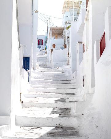 Narrow street with white houses, Greece Foto de archivo - 105805179