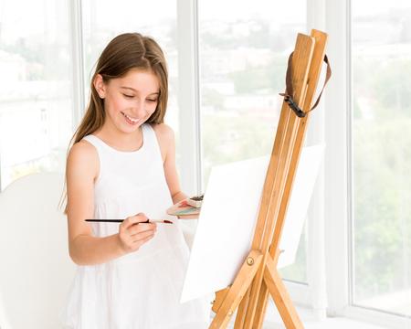Mooi meisje met in hand penseel