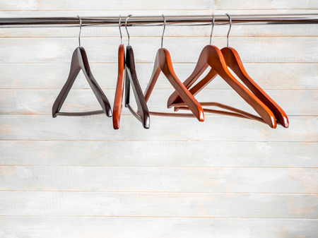 Brown wooden hangers on the rack Zdjęcie Seryjne - 105808910