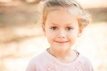 Kleines blondes Mädchen