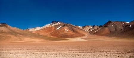 Panoramablick auf die bergige bolivianische Wüste mit breitem Sonnenschein Standard-Bild