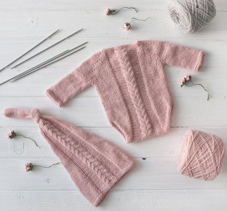 knitted handmade clothes for infant girls, topview Stockfoto