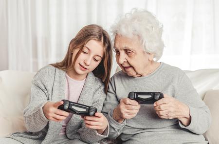 Grand-mère avec sa petite-fille jouant à des jeux