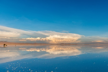 Amazing scenery of the spacious Salar de Uyuni with car on it Stockfoto