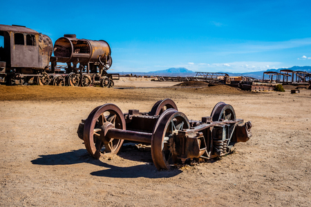 Old broken locomotive shaft, Uyuni, Bolivia 免版税图像