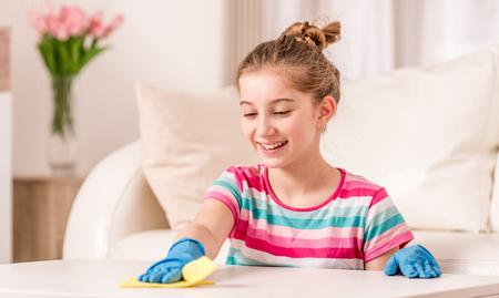 Teenager-Reinigungstisch im Wohnzimmer