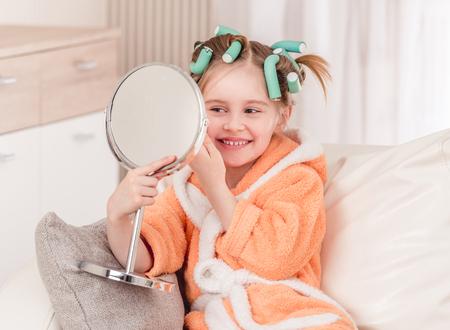 Mädchen mit Lockenwicklern lächelnd Standard-Bild