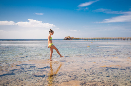 Adolescente che cammina in riva al mare