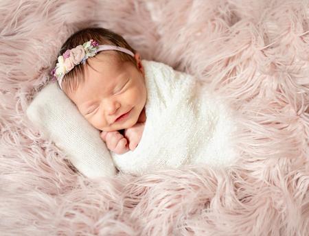 아기 침대에서 자고있는 신생아