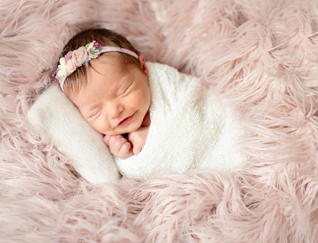 recién nacido durmiendo en la cama del bebé