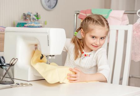 Bambina in un laboratorio di cucito Archivio Fotografico