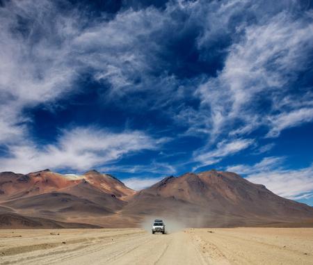 Paseo en coche en el paisaje de sol boliviano Foto de archivo