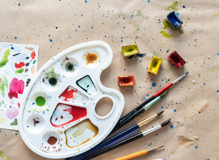Art palette with brushes and paint boxes on workshop table 스톡 콘텐츠 - 124175185