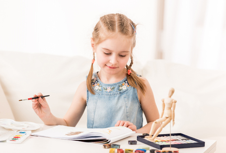 Little girl isdraws with watercolors 스톡 콘텐츠 - 124175167