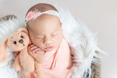 Cute sleepy newborn baby Stockfoto