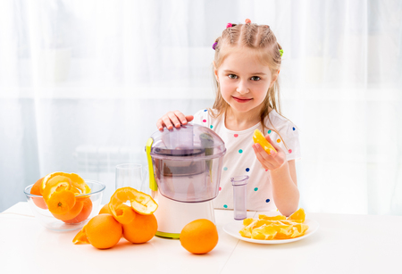 Kid working with oranges 스톡 콘텐츠 - 124175081