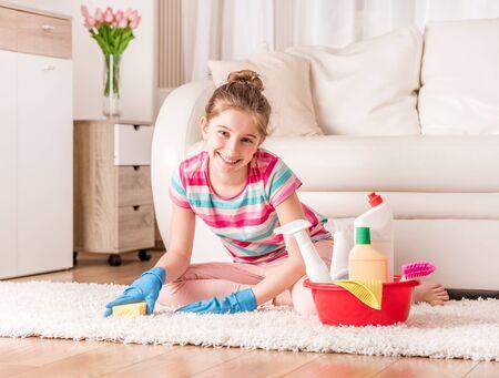 Mädchen mit Reinigungswerkzeugen Standard-Bild