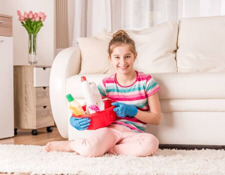 Mädchen mit Reinigungswerkzeugen